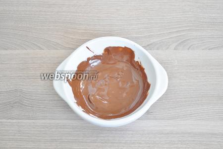 Масло и шоколад разогреть на паровой бане и дать остыть.