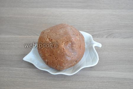 В сухие составляющие добавить яйцо и шоколадную смесь. Быстро заместить мягкое тесто и положить его в холод на 20 минут.
