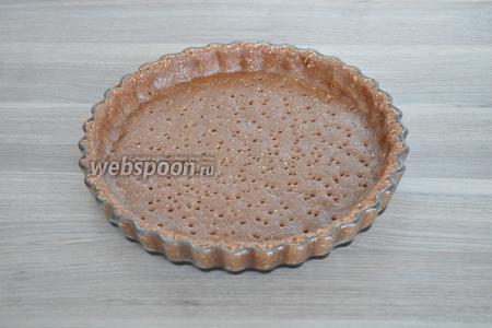 В форму для выпечки (28 см в диаметре) выложить тонким слоем тесто и разровнять. Сделать проколы вилкой или с помощью специального валика, как я. Поставить в духовку и выпекать при 180°С до готовности минут 25.