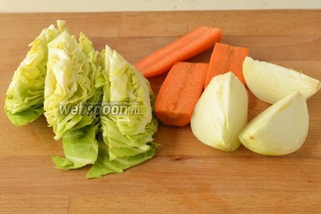 Подготовить овощи к переработке в мясорубке. Морковь и лук почистить, помыть и нарезать на части. Капусту помыть и нарезать.