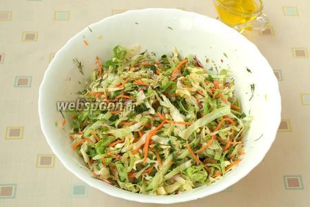 Салат поперчить и посолить, заправить подсолнечным маслом и перемешать. Подавать можно сразу, но не менее вкусно, когда салат немного настоится. Приятного аппетита!