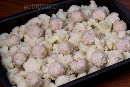 В лоток для запекания выкладываем цветную капусту, чередуя с фрикадельками.