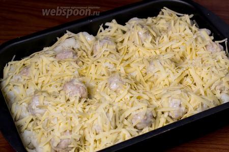 Посыпаем сверху натёртым сыром и ставим в духовку.