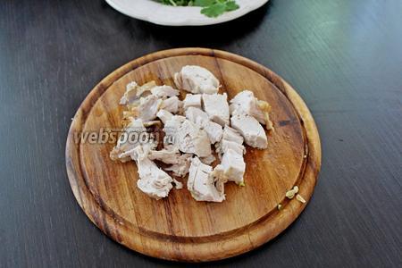 Куриное филе разделить на небольшие кусочки.