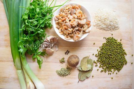 Наши необходимые ингредиенты:чеснок, соль, сельдерей, рис, маш, масло, лук, лимон, лаврушка, креветки кардамон, кумин, гвоздика.