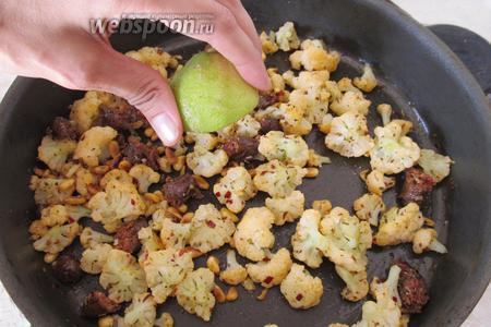 Выключим огонь, добавим немного соли и сбрызнем блюдо лимонным соком по вкусу.