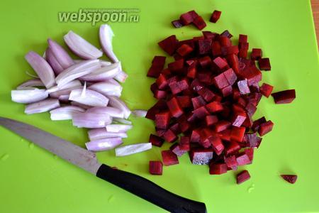 Тем временем подготовьте овощи. Запечённую свёклу очистите и нарежьте маленькими кубиками. Лук-шалот почистите и нарежьте вдоль на четверинки.