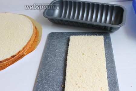 Подготовим бисквит, вырежем их по формам, у меня  несколько формочек для торта.