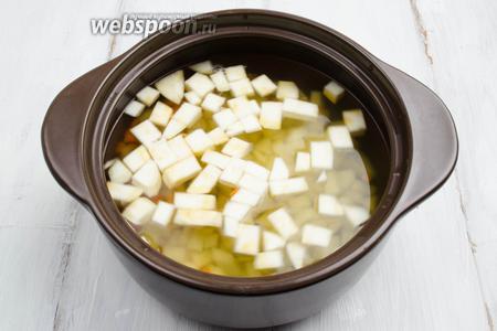 В горячий бульон вбросить подготовленные овощи: картофель, корень сельдерея и морковь (половинку).