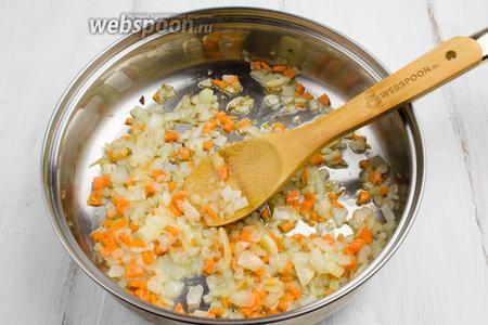 На горячей сковороде нагреть масло, пассеровать лук и морковь до мягкости.