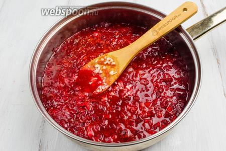 Добавить соль и рубленый чеснок. Отставить сковороду в сторону, чтобы заправка настоялась и пропиталась запахом чеснока.