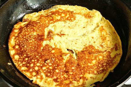 Обжарить яичный блинчик (омлет) с двух сторон на сковороде с добавлением масла.