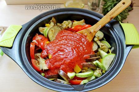 К овощам влить томатное пюре.