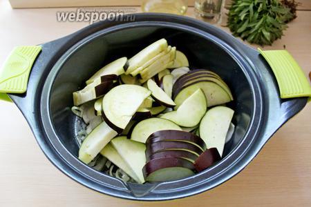 Выложить баклажаны к луку-порею и жарить, помешивая, 4-5 минут, посолить.