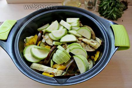 Добавить в сотейник кабачок, перемешать и жарить 2-3 минуты, посолить.