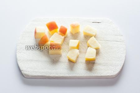 Из яблока вырезаем столько не очень мальеньких кубиков, сколько крокетов-груш собираемся делать.