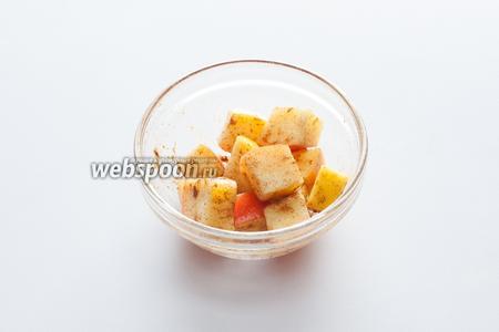 Маринуем яблоко в лимонном соке с сахаром и корицей, пока варится картошка и пока мы делаем тесто для крокетов.