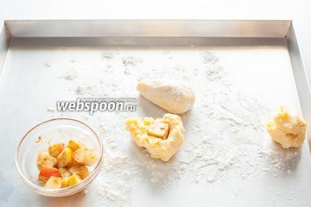 Когда тесто готово, делим его на приблизительно равные части, по количеству крокетов-груш. Если вы используете фритюрницу, то её уже нужно поставить на разогрев. Формируем крокеты с начинкой из кубика яблока, придаём им вытянутую форму, напоминающую грушу, и обваливаем в муке.