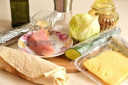 Подготовим продукты для шаурмы — куриное филе, огурец, сыр «Российский», 2 листа салата айсберг, специи, соль, армянский тонкий лаваш, майонез и пищевая фольга.