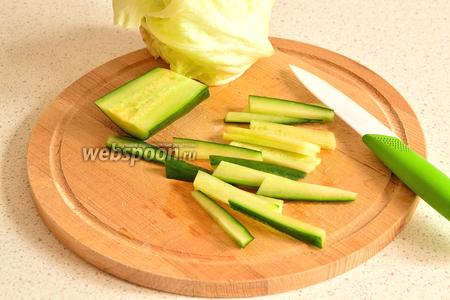 Пока жарится курица, можно нарезать огурец. Огурец режем соломкой.