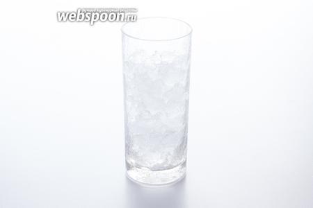 Russian Spring Punch принято сервировать в хайболах — высоких стаканах цилиндрической формы. Засыпаем в стакан нужное нам количество льда (помня, что куда-то ещё и игристое вино придётся влить).