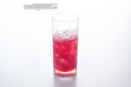 Дальше возможны 2 сценария: либо пересыпаем лёд в шейкер и взбалтываем там все компоненты, либо взбалтываем в шейкере все жидкие компоненты — и выливаем их в стакан ко льду.