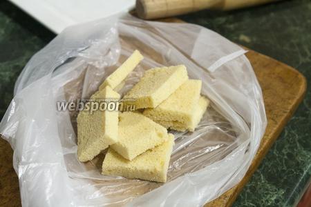 Хорошо подсушенные сухари из белого хлеба (их можно заменить и печеньем) разместим в пищевой пакетик.
