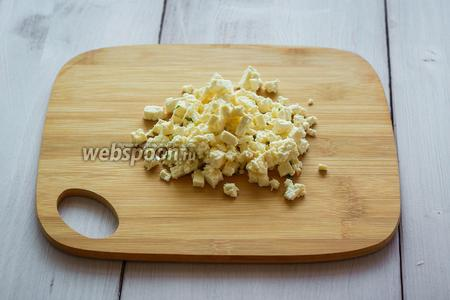 Козий сыр нарезать мелкими кубиками.