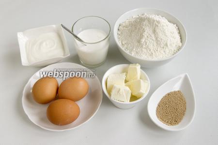 Подготовьте основные продукты: муку, яйца, сливки, сметану, сливочное масло, дрожжи.
