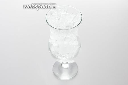 Отмеряем, сколько льда требуется для заполнения бокала. Кстати, коктейль «Бассейн» традиционно сервируется или в бокале харрикен (как у меня), или в старомодном стакане.
