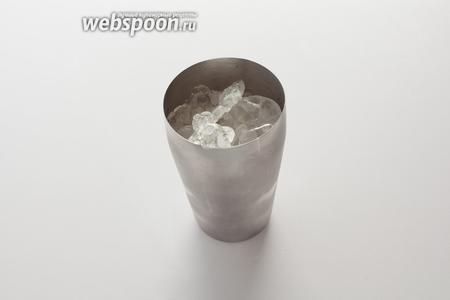 Необходимое количество льда и смесь отмерянных жидкостей помещаем в барный шейкер.