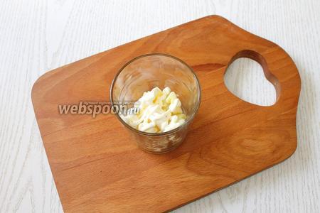 Салат выкладываем слоями. 1 слой — картофель, мелко порезанный кубиками и майонезная сеточка.