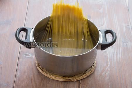 Спагетти отвариваем до полуготовности.