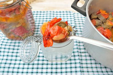 Сразу, после снятия с огня, овощи положите в стерилизованные банки или болоны, закатайте. Переверните и укройте их полотенцем. Когда охладится, положите в холодильник, в погреб, в любое холодное место. Я положила в холодильник. Приятного вам аппетита!