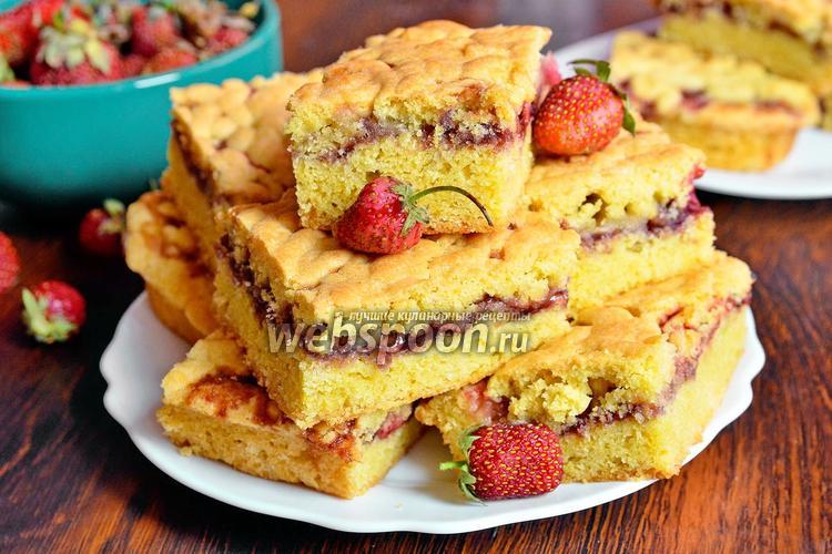 Рецепт Пирог с клубникой, бананами и смородиновым вареньем