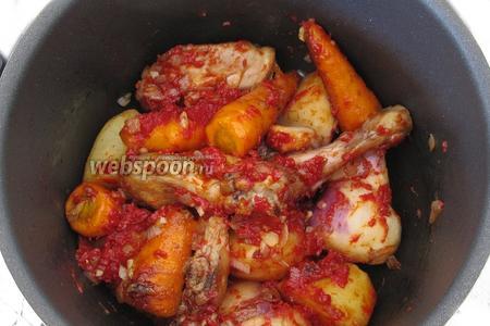 Перемешаем овощи и курицу с томатной пастой.