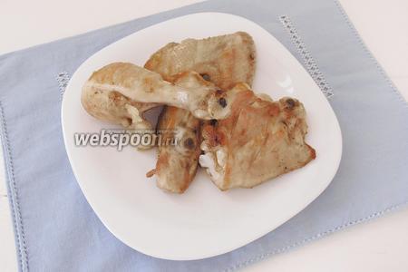 Поджарим курицу с двух сторон до образования хрустящей корочки. Достанем курицу из кастрюли и отложим на время.