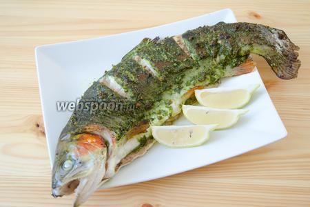 Готовую рыбку перекладываем на тарелку и подаём с дольками лимона.