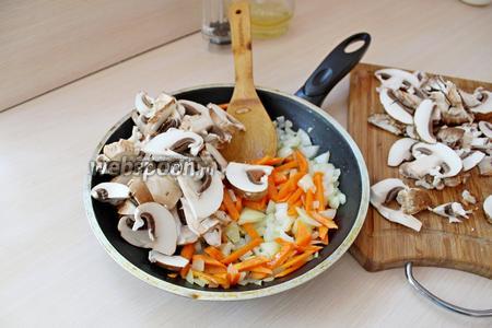 На растительном масле обжарить несколько минут лук с морковью, добавить грибы.