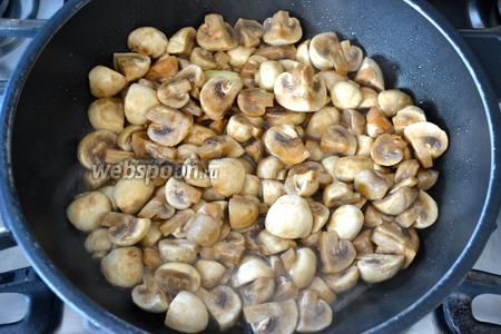 В сковороде разогреть 1 ст.л. оливкового масла, добавить зубчик чеснока и обжарить слегка. Выложить в сковороду шампиньоны. Обжаривать их на сковороде, пока не выпариться вся жидкость, выделяющаяся из грибов и они слегка не уменьшаться в объёме. Не забывайте помешивать грибы. Посолите и поперчите по вкусу.