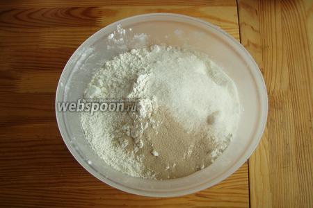 В глубокой миске смешиваем муку с сахаром, солью и сухими дрожжами.