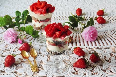 Клубничный десерт с шоколадным печеньем