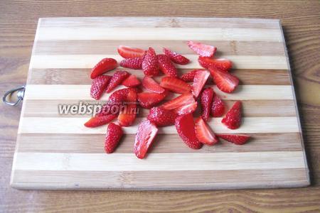 Клубнику помыть, оборвать плодоножки и нарезать на две части мелкую, а на четыре части крупную.