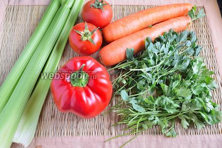 Вот наши ингредиенты, это стебли сельдерея, помидоры, морковь, сладкий перец, петрушка, молодые стебли люцерны, соль и чёрный перец.