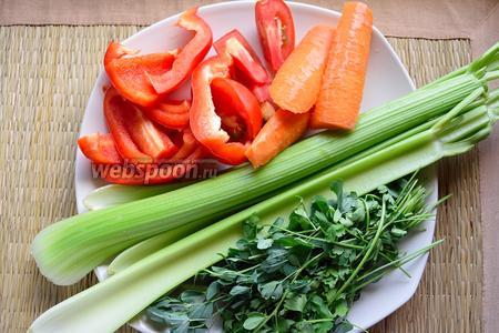 Хорошенько помойте овощи, очистите от семян перец. Морковь я не чищу, а просто мою и обрезаю попки. Разрежьте все овощи на небольшие кусочки.
