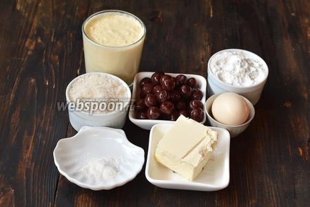 Для работы нам понадобится сливочное масло, яйца, пшеничная мука, разрыхлитель, сахар, натуральный йогурт, консервированная вишня.