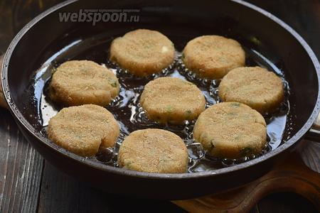 Обжарить котлеты на горячей сковороде с подсолнечным маслом с обеих сторон до золотистой корочки.