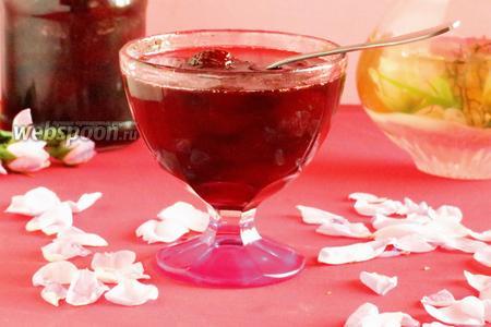 Варенье клубничное с лепестками роз