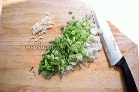 Пока жарится баклажан, порежьте лук и чеснок.