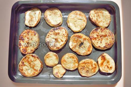 Сложите жареные дольки баклажана на маленький противень или в любую маленькую огнеупорную посуду. Для запекания этого блюда я использовала электрическую мини-печку.